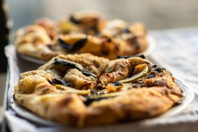 Funghi-shredded gruyère, thinly sliced apple, rosemary-infused portabella mushrooms & caramelized onions